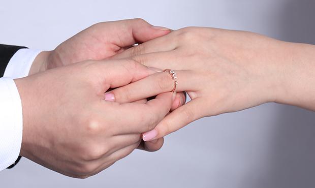 结婚买钻戒还是金戒指?